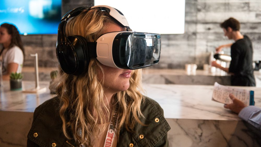 Woman_Using_a_Samsung_VR_Headset