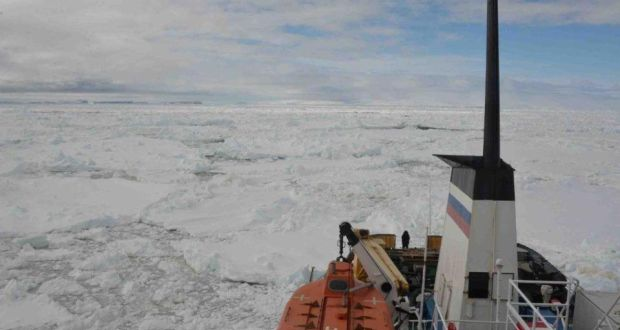 """China icebreaker inching towards the trapped Antarctic ship"""